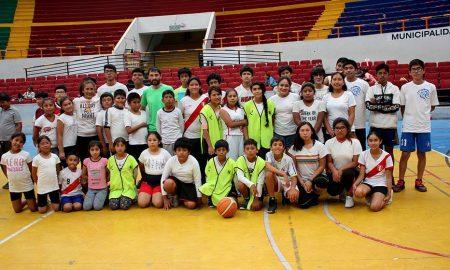Niños del programa la Academia de Verano del IPD aprenden los fundamentos del básquet.