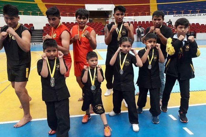 Orgullosos con sus medallas tras el certamen.