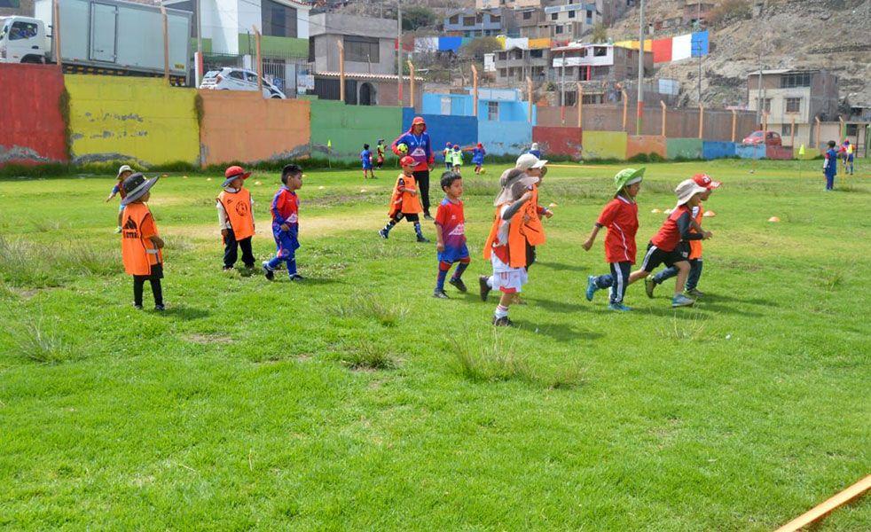 Los pequeños cada día aprenden las técnicas modernas del fútbol con el profesor Wilber Cari.