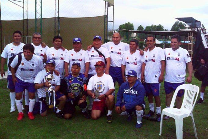 Los campeones con su trofeo del campeonato de fulbito.