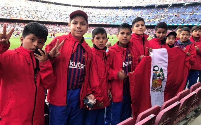 Los pequeños arequipeños en el Camp Nou.