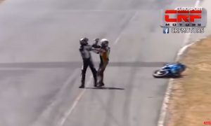 [VIDEO] Costa Rica: La increíble pelea de dos pilotos sobre una moto en plena carrera