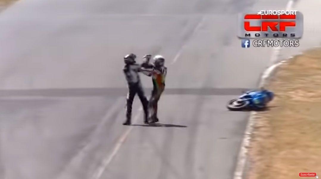 [VIDEO] Costa Rica: La increíble pelea de dos pilotos sobre una moto en plena carrera