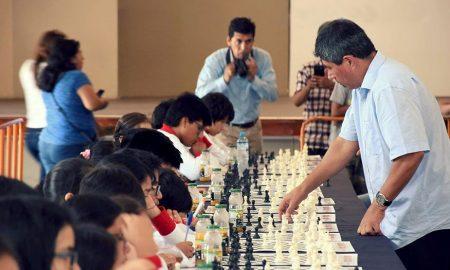 El campeón mundial jugó una simultánea con los niños.