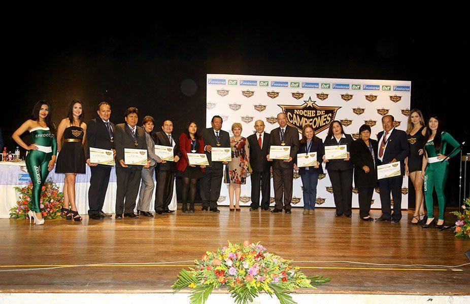 Agradecimiento y distinción especial a todos nuestros auspiciadores. Se les entregó medalla y diploma.