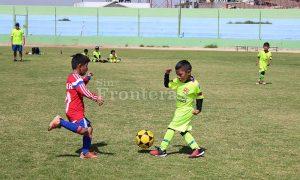 Los pequeños futbolistas se divierten y practican deporte