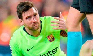 Messi sufrió un golpe en la nariz en el partido ante Manchester.