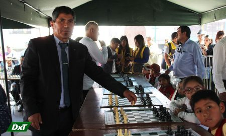 Julio Ernesto Granda junto a los niños de Cerro Colorado. Se divirtió en la simultánea de ajedrez.