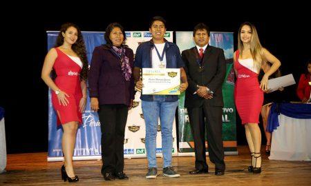 La madre del destacado voleibolista Daniel Urueña Yufra y el voleibolista Carlos Mamani Quiroz junto al presidente del directorio de Caja Tacna Duberli Quispe Casilla en la Noche de Campeones 2018.