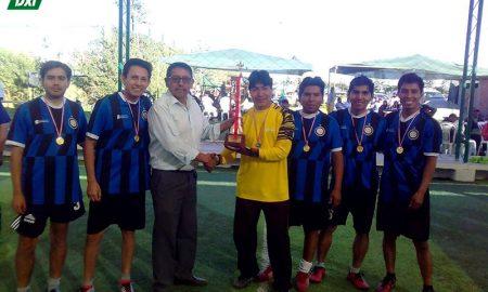 Mantenimiento Purina recibe el trofeo de campeón.