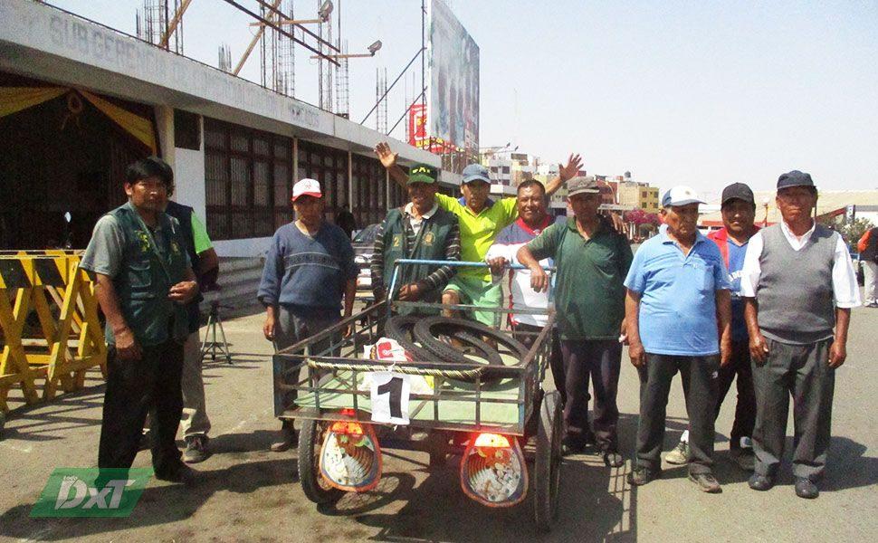 Jorge Ancco celebró ayer el primer lugar junto con sus compañeros.