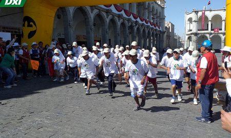 Deportistas se esforzaron durante la carrera.