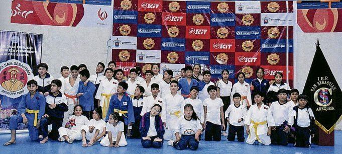 Numerosa fue la delegación del colegio San Sebastián, donde se difunde el judo ampliamente.