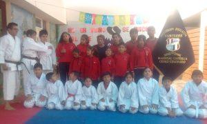 Los estudiantes que forman parte del taller de karate, disciplina deportiva que se practica intensamente en el colegio Nanterre.