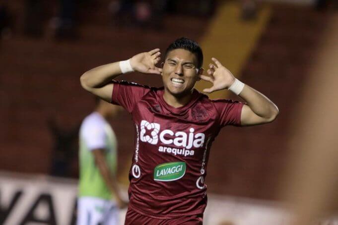 Arakaki celebra su gol haciendo oídos sordos.