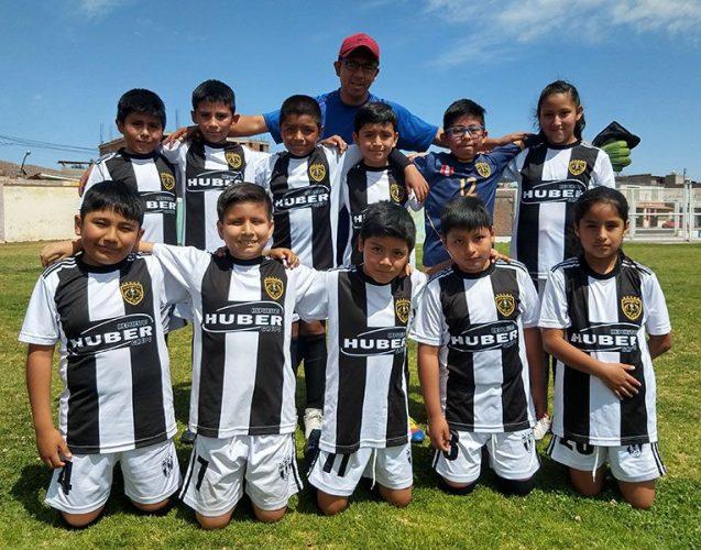 Los pequeños del Juventus F.C. junto a su entrenador.