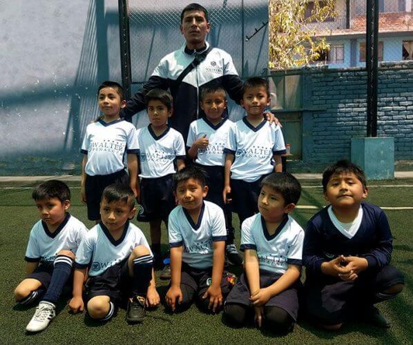 El equipo completo del colegio Wálter Peñaloza.