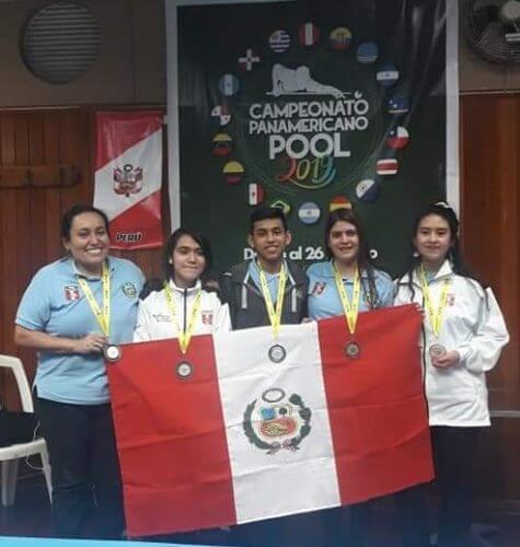 Grace junto a los demás medallistas del Panamericano de Pool.