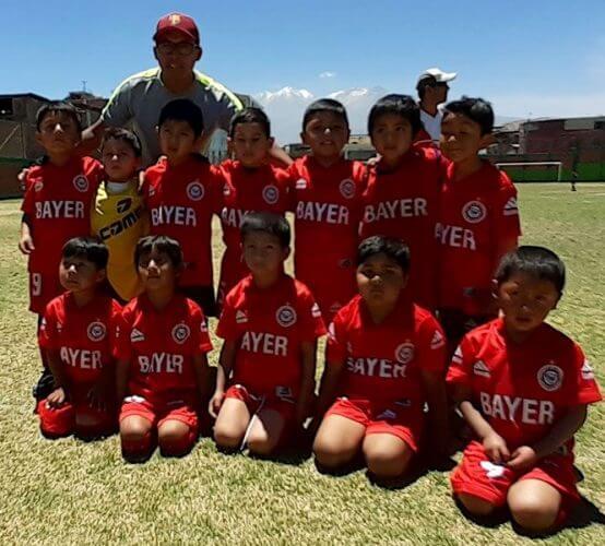 Niños del Bayer muestran mucho talento para el fútbol.