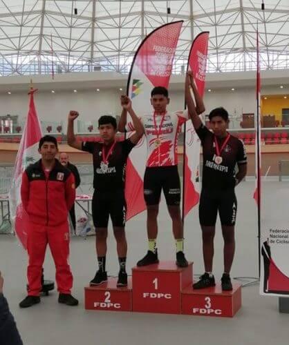 Orgullosos en el podio de los ganadores.
