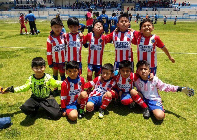 Los niños del Atlético Hunter sub-7 antes de su partido.
