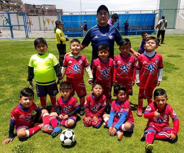 Los niños del Club Alcides Carrión sub-5 y su entrenador.