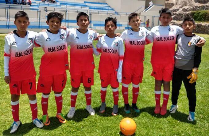 Los jugadores del Real Soccer sub-12 antes del partido. .