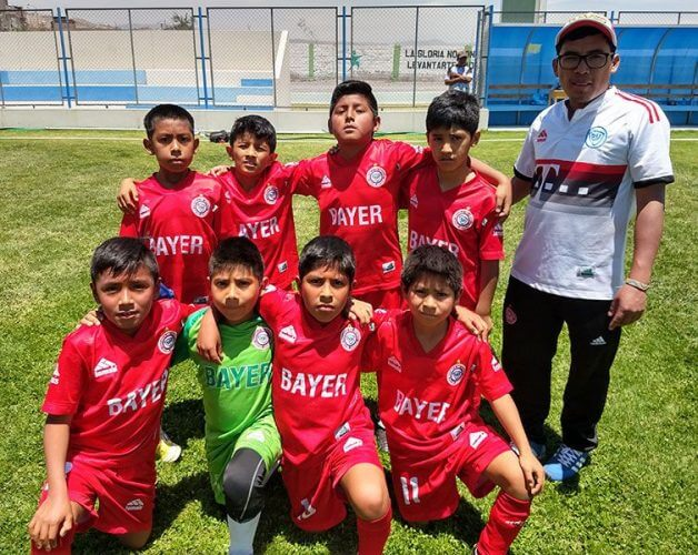 Los pequeños del Bayer Miraflores sub-9 y su entrenador.