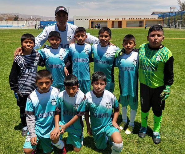 Los jugadores de la Escuela FC Estudiantil sub-10.