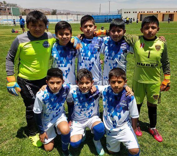 Los niños de la E.F. Cachete Zúñiga sub-10 antes del partido.