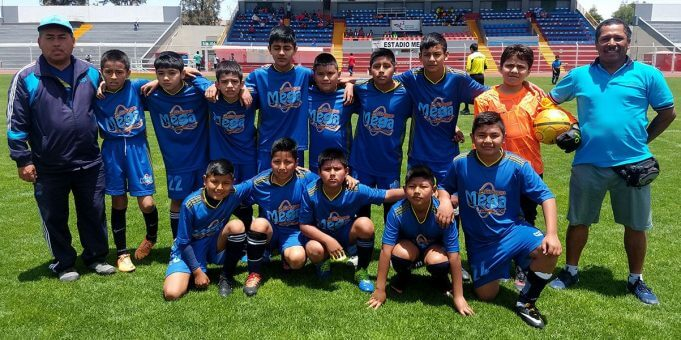Los alumnos de la I.E. Grupo Mega antes de su partido.