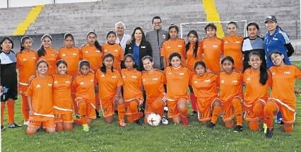 Plantel sub-14 con jugadoras de todos los equipos de Arequipa.