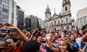 Flamengo, reciente campeón de la Libertadores, llegó a Brasil y recibió una multitudinaria bienvenida por parte de sus hinchas.