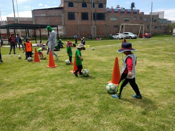 Los niños realizando ejercicios de conducción.