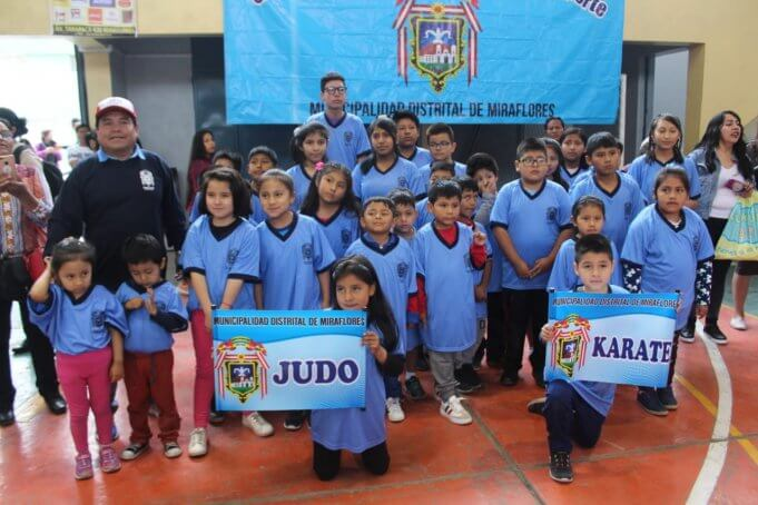 Alumnos de vacaciones útiles de judo y karate.