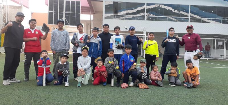 Clínica deportiva. Jorge Choy y Francisco's Club enseñan a los menores a batear y pichar