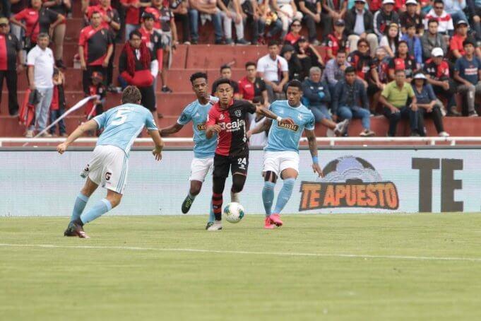 Carlos Neyra tuvo un gran despliegue durante el partido.