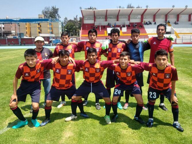 Los futbolistas del River Chili junto a su entrenador.