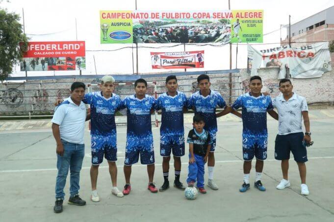 Los jugadores de JM Sie Sur y sus delegados.