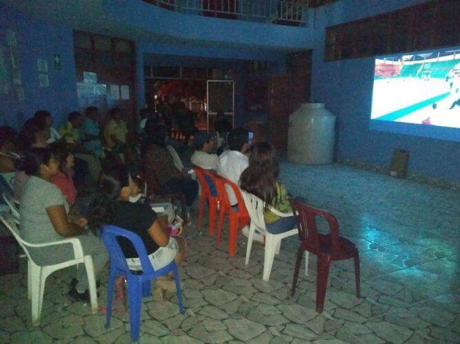 Los hinchas de Urasqui vieron el partido en pantalla gigante.