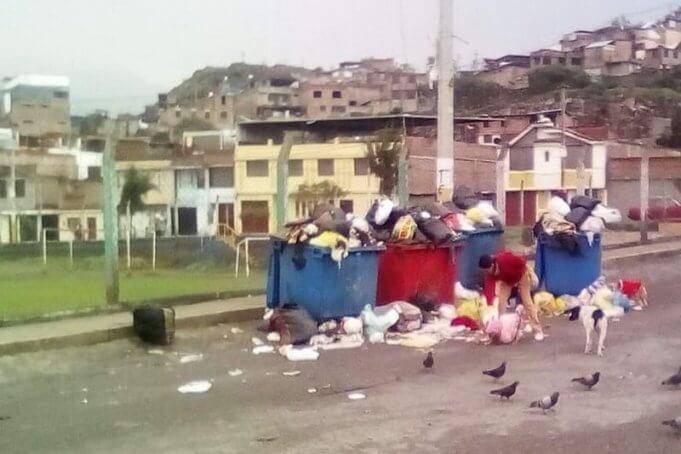 Tachos de basura que nadie recoge son foco de infección.